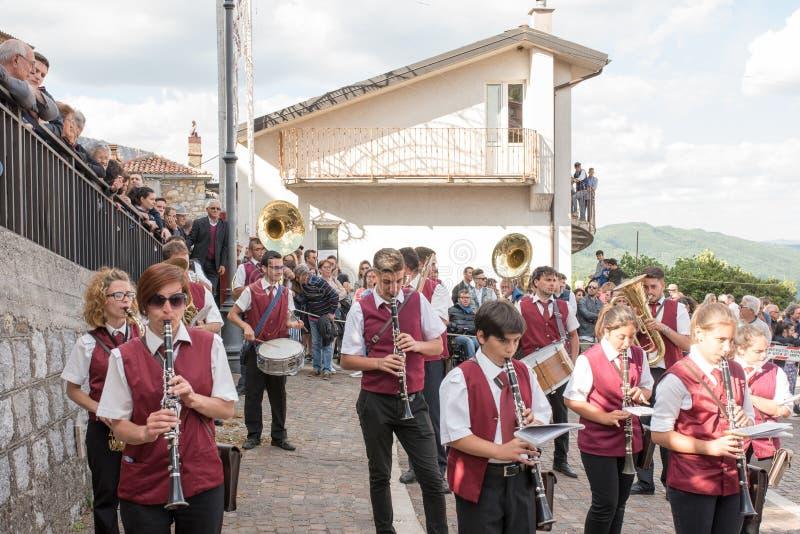 Castelsaraceno, Italia, 18-06-2017: ` Ndenna, Rito del della de Festa del La fotografía de archivo