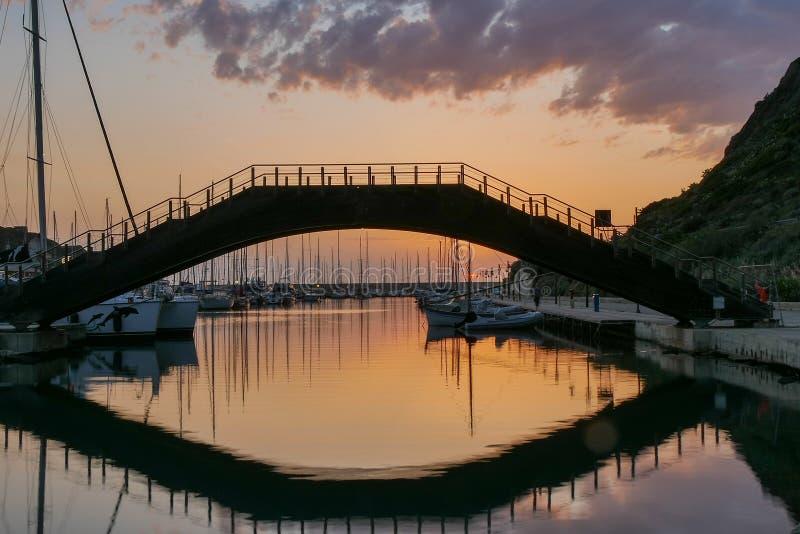 Castelsardo γεφυρών r αντανάκλαση ηλιοβασιλέματος στοκ φωτογραφία