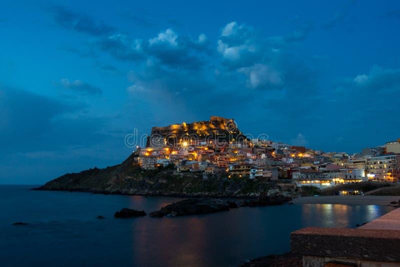 Castelsardo bis zum Nacht Schwarzes Meer und Lichter stockfotos
