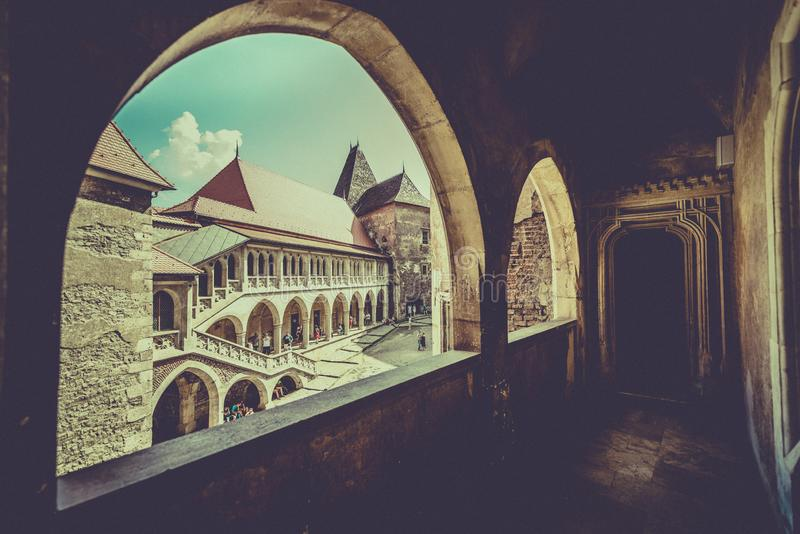 Castelul Corvinilor - из окна стоковое изображение rf