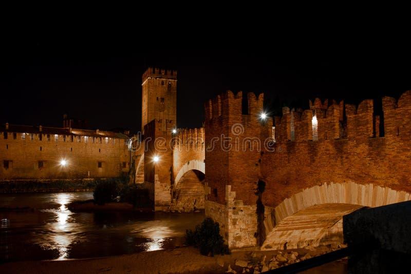 Castelvecchio二维罗纳,意大利夜视图  在阿迪杰河的Scaliger桥梁 免版税库存图片