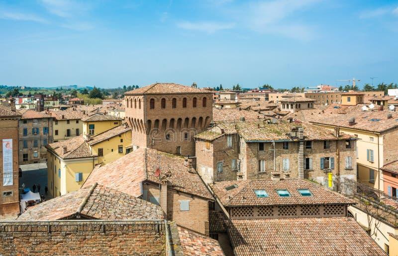 Castelvetro di Modena, Italien Beskåda av staden Castelvetro har ett pittoreskt utseende, med en profil som karakteriseras av eme arkivfoto