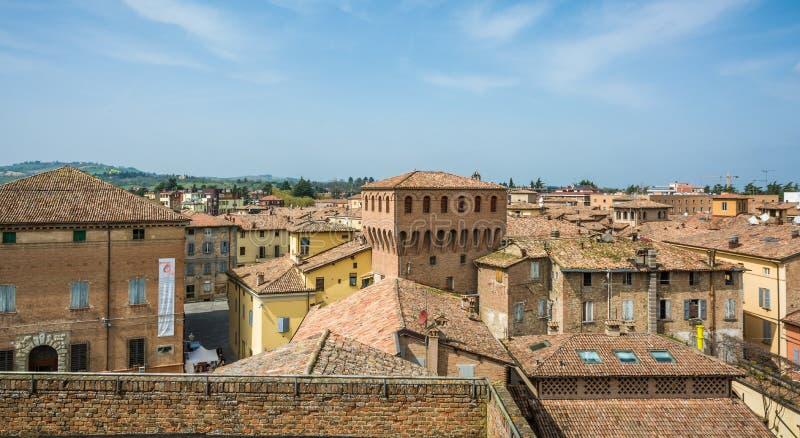 Castelvetrodi Modena, Italië Mening van de stad Castelvetro heeft een schilderachtige die verschijning, met een profiel door emer royalty-vrije stock foto