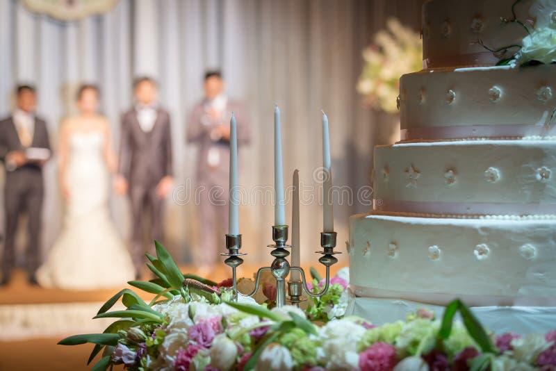 Castiçal com as decorações bonitas das flores no ceremo do casamento imagens de stock