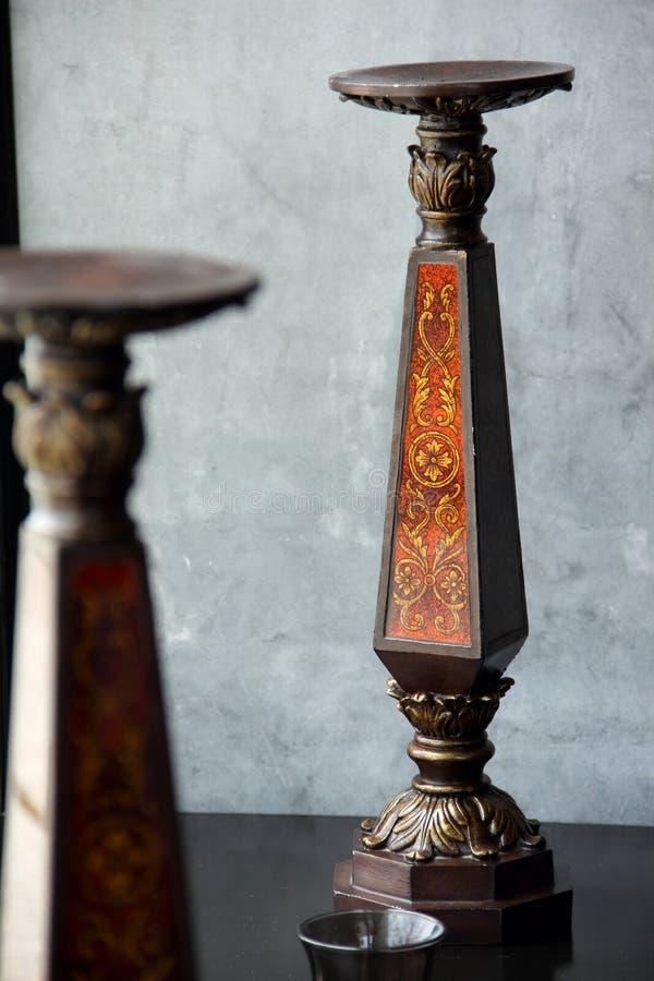 Castiçal de Brown com a textura do ouro ornamentado foto de stock