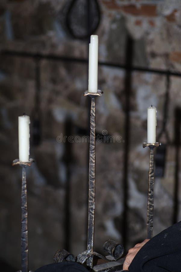 Castiçal decorativo da antiguidade do metal com velas brancas da cera foto de stock