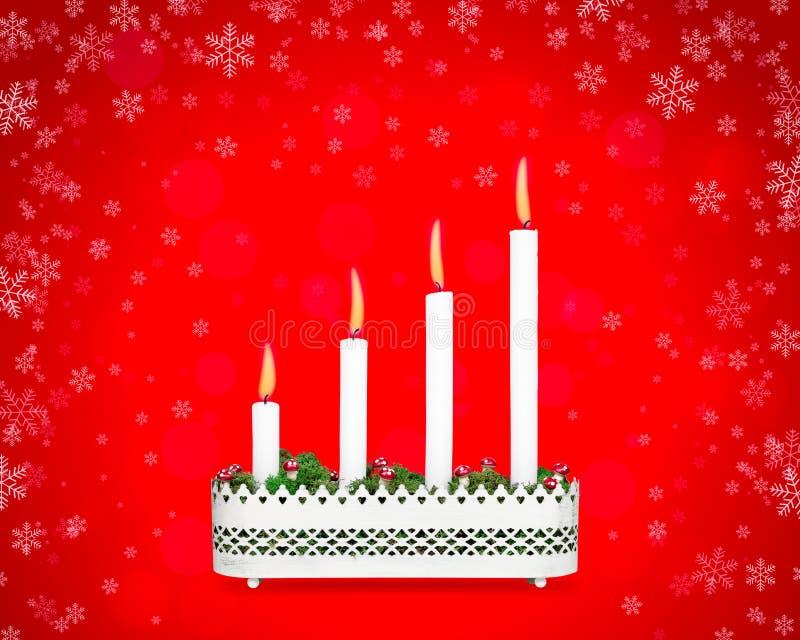 Castiçal do advento com quatro velas ardentes imagens de stock royalty free