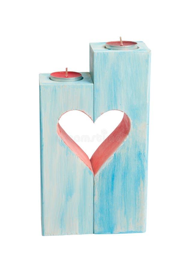 Castiçal dois azul de madeira com forma cinzelada do coração do Valentim isolado no fundo branco imagens de stock