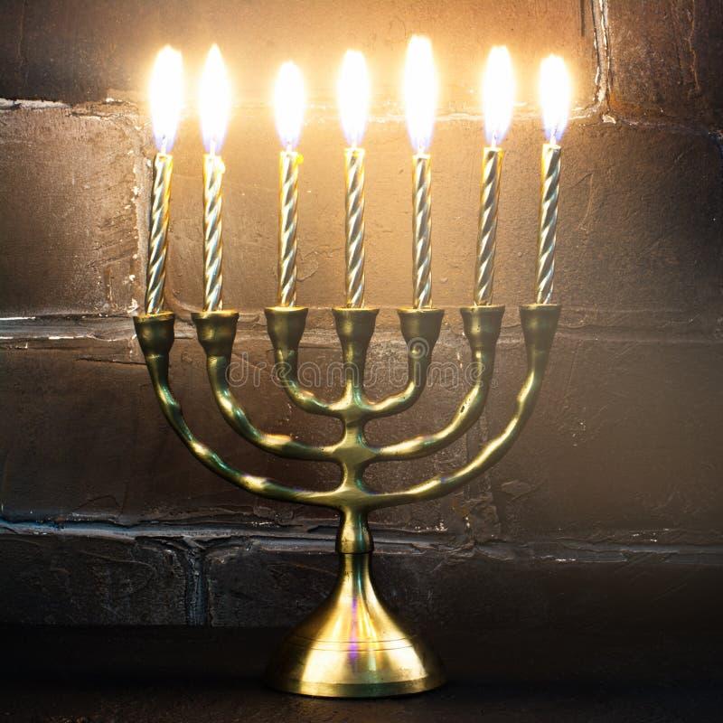 Castiçal e velas dourados tradicionais do Hanukkah no CCB escuro fotografia de stock royalty free