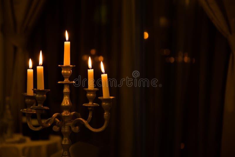 Castiçal retro do metal com cinco velas ardentes foto de stock royalty free