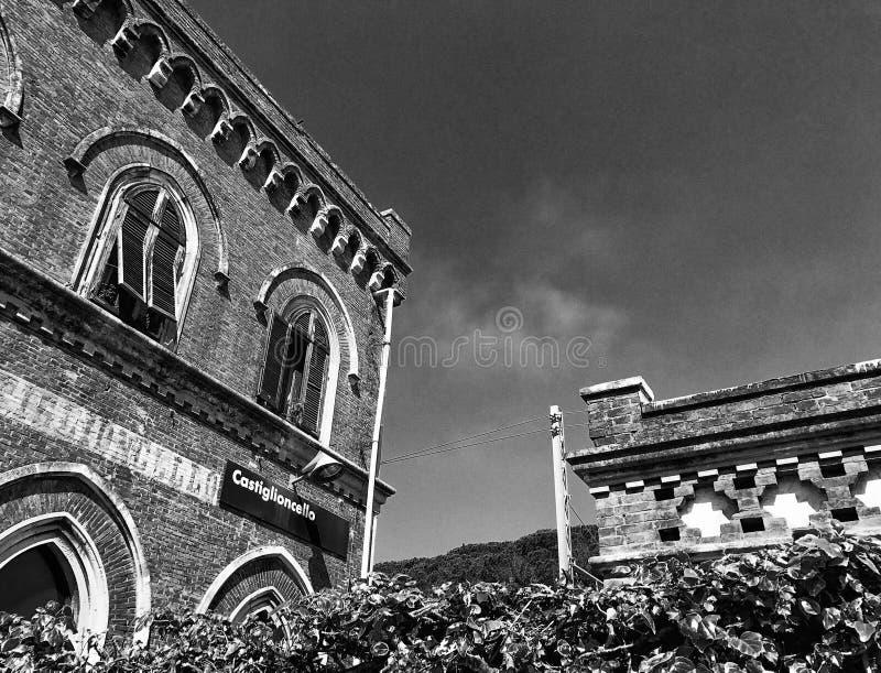 Castiglioncello-Bahnstation und Gebäude, Toskana stockfotografie