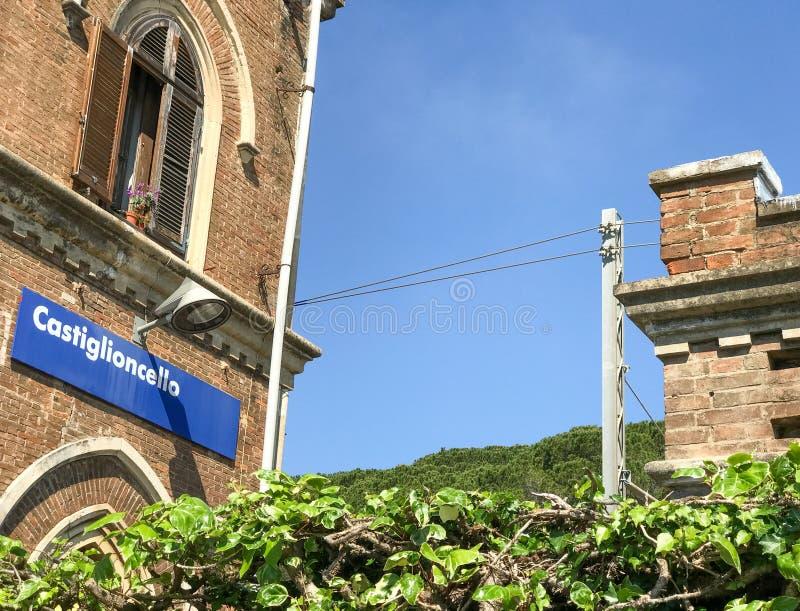 Castiglioncello-Bahnstation und Gebäude, Toskana stockbilder