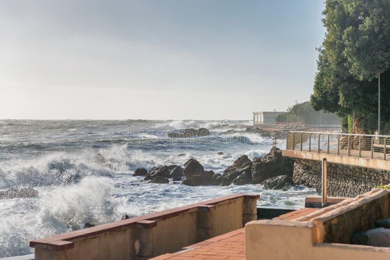 Castiglioncello, Toskana - Küstenansicht während eines Sturms stockbild