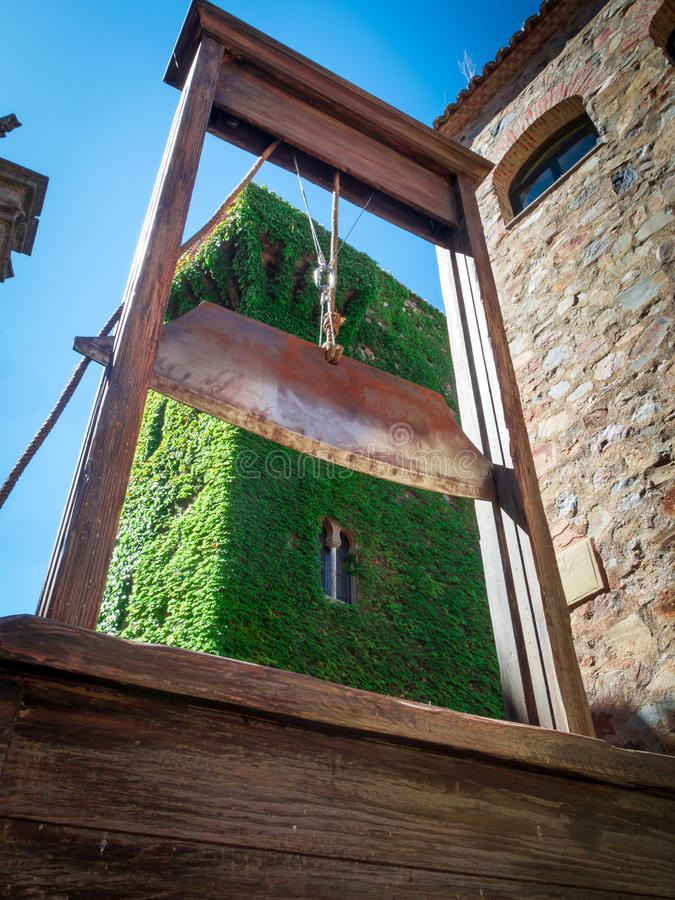 Castigo de capital: la guillotina foto de archivo