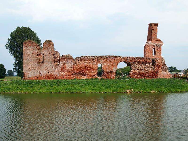 Castillo abandonado viejo en el pueblo Besiekiery en Polonia sin el propietario