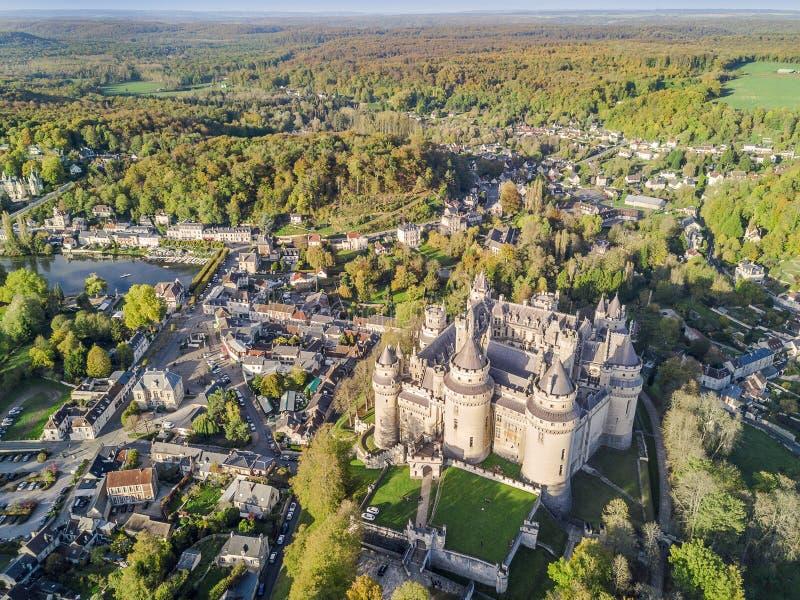 Castillo asombroso en Pierrefonds, Francia imagen de archivo