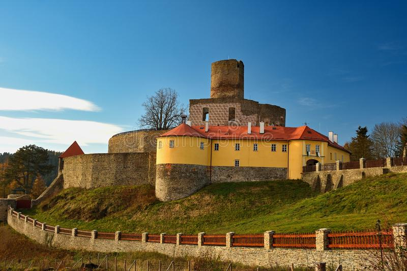 Castillo checo viejo hermoso Svojanov República Checa Europa Vieja arquitectura en paisaje con el cielo azul y el sol por la tard imagen de archivo libre de regalías