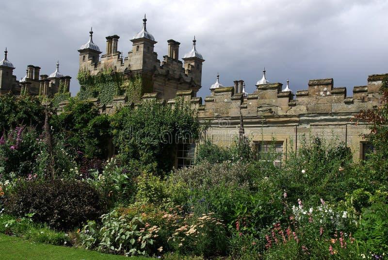 Castillo con el jardín en Escocia. imágenes de archivo libres de regalías