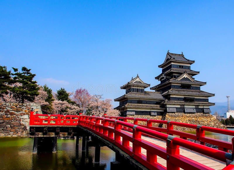 Castillo con el puente rojo, Matsumoto, Japón 3 de Matsumoto imágenes de archivo libres de regalías