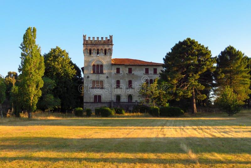 Castillo con la torre cuadrada que se baña en la luz de igualación anaranjada, en la región del Corse-du-Sud, Quenza, Córcega foto de archivo libre de regalías