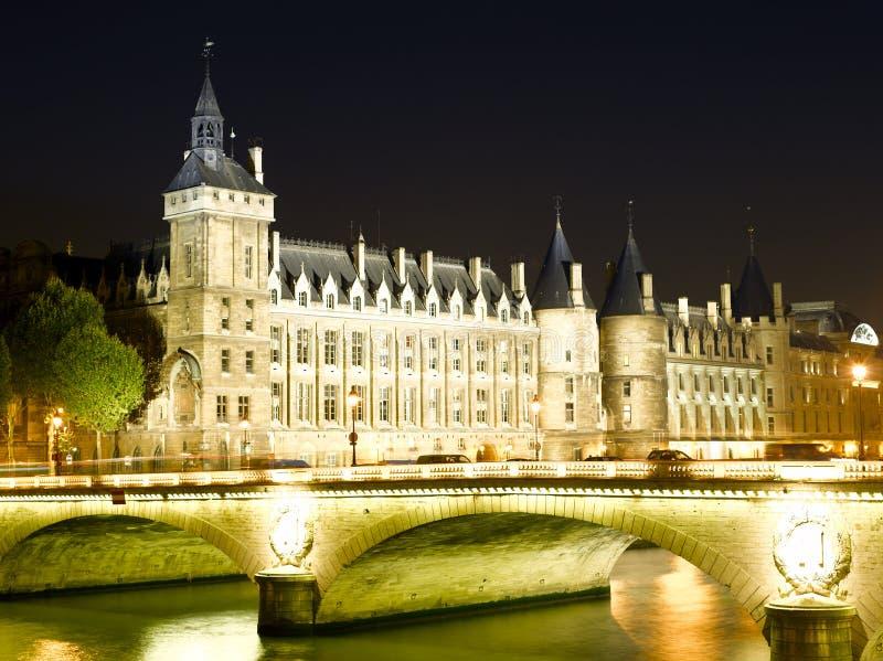 Castillo Conciergerie y puente del cambio imagenes de archivo