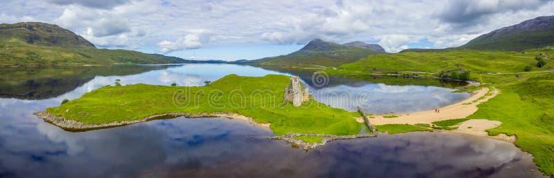 Castillo de Ardvreck, castillo arruinado cerca del lago Assynt en Sutherland, Escocia fotografía de archivo libre de regalías