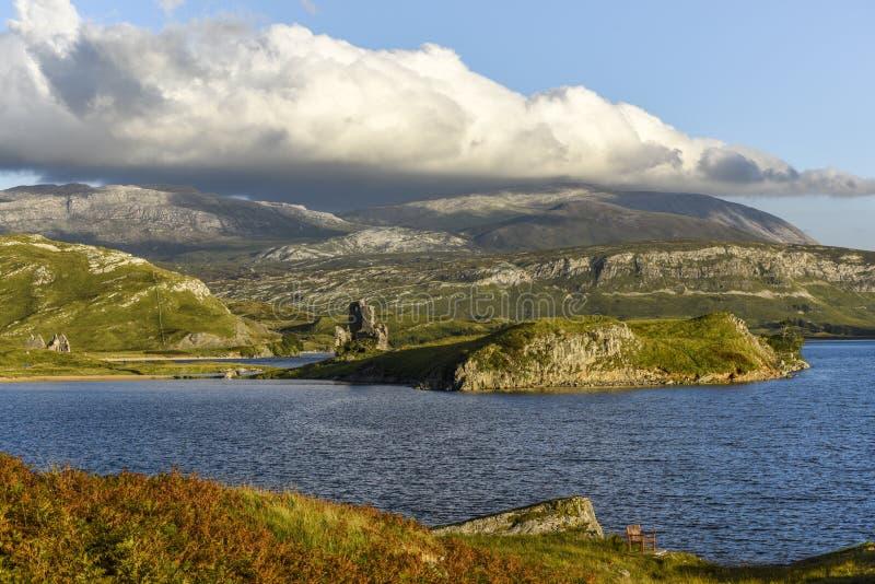 Castillo de Ardvreck en las orillas del lago Assynt, Sutherland, Escocia, Gran Bretaña imagen de archivo libre de regalías