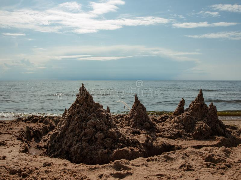 Castillo de arena en el mar imágenes de archivo libres de regalías
