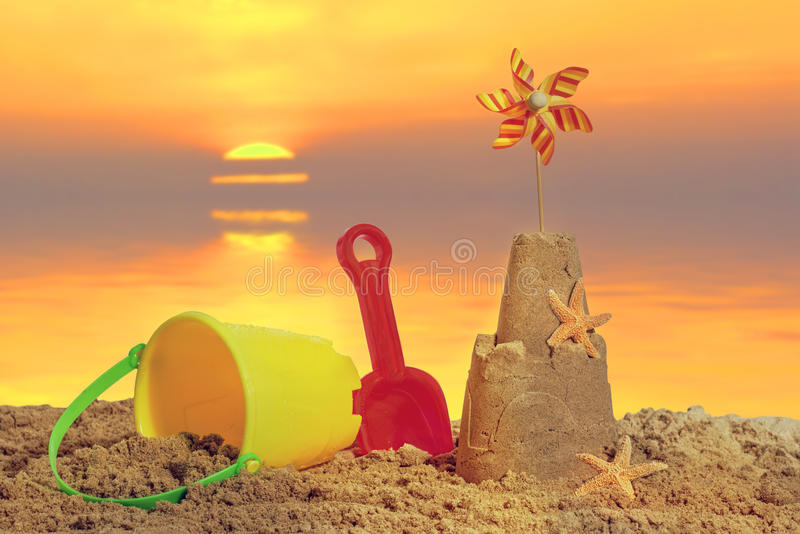 Castillo de arena en la puesta del sol fotos de archivo
