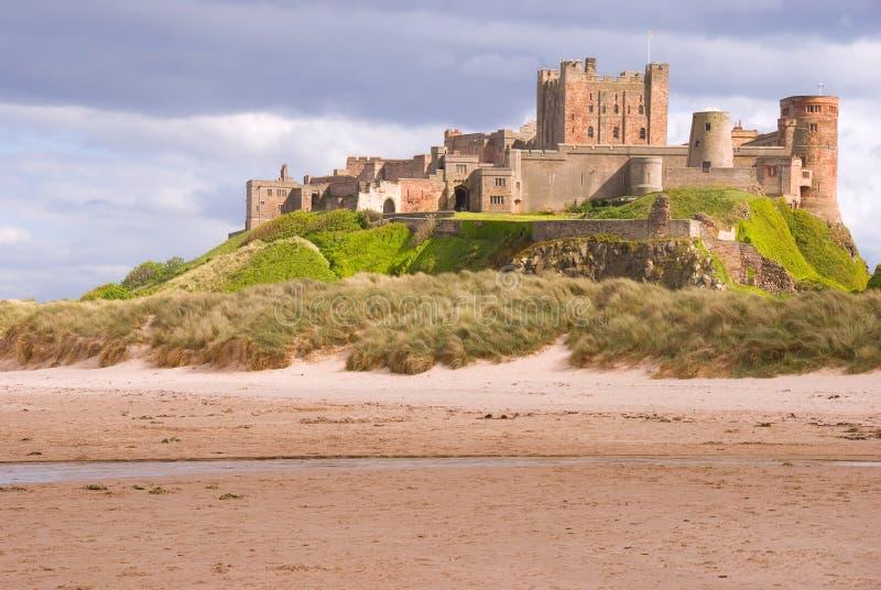 Castillo de Bamburgh de la playa fotos de archivo libres de regalías