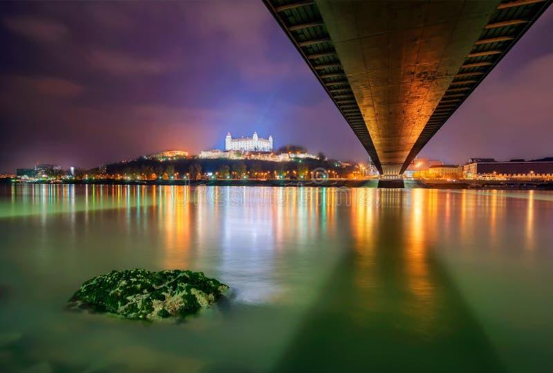 Castillo de Bratislava en el capital de Eslovaquia, Bratislava Reflexión hermosa de la noche durante invierno imagenes de archivo