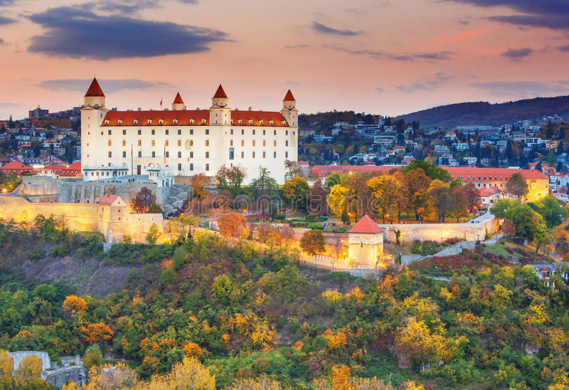 Castillo de Bratislava sobre el río Danubio en la puesta del sol, Bratislava, Eslovaquia imágenes de archivo libres de regalías