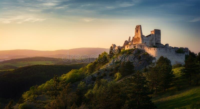 Castillo de Cachtice, Eslovaquia durante puesta del sol fotografía de archivo libre de regalías