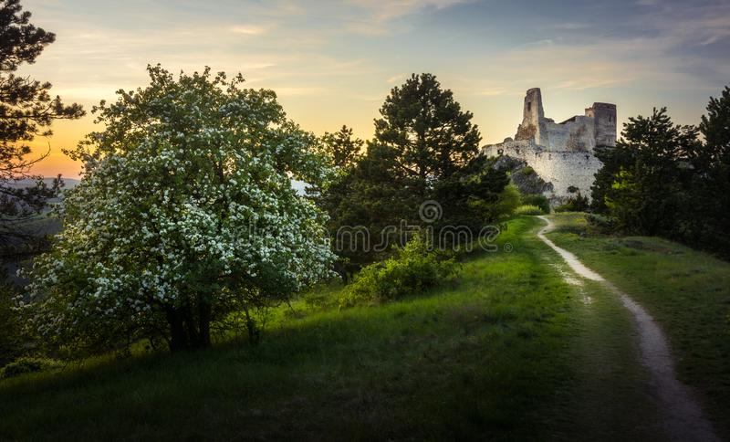 Castillo de Cachtice, Eslovaquia durante puesta del sol con una trayectoria que lleva al castillo imágenes de archivo libres de regalías
