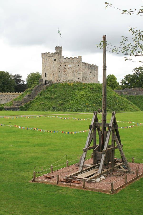Castillo de Cardiff en País de Gales con la catapulta imagen de archivo libre de regalías
