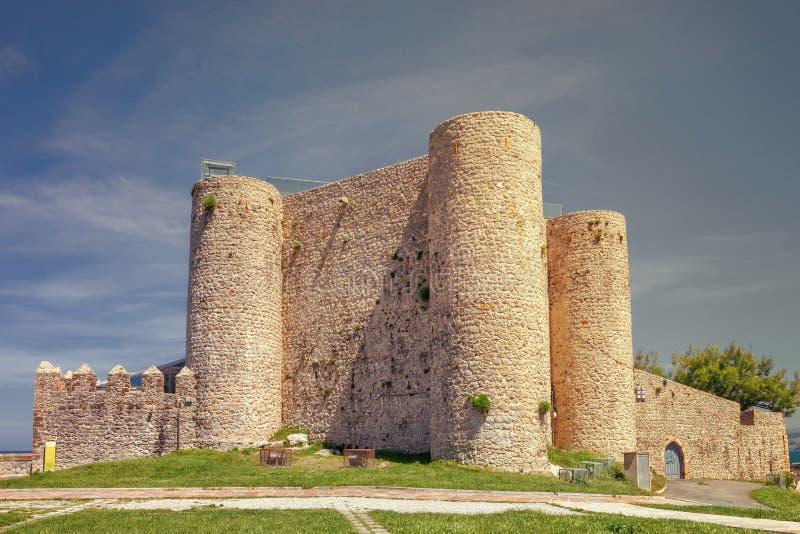 Castillo de Castro Urdiales en la puesta del sol, España imágenes de archivo libres de regalías