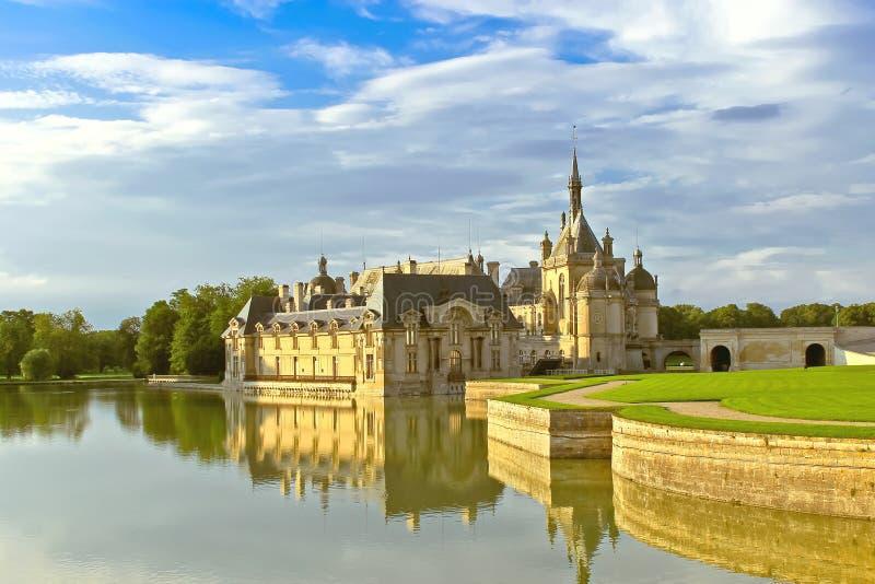 Castillo de Chantilly en la puesta del sol. foto de archivo