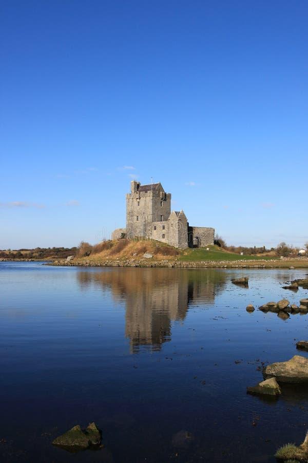 Castillo de Dunguaire en la bahía de Kinvara, Irlanda. imagen de archivo