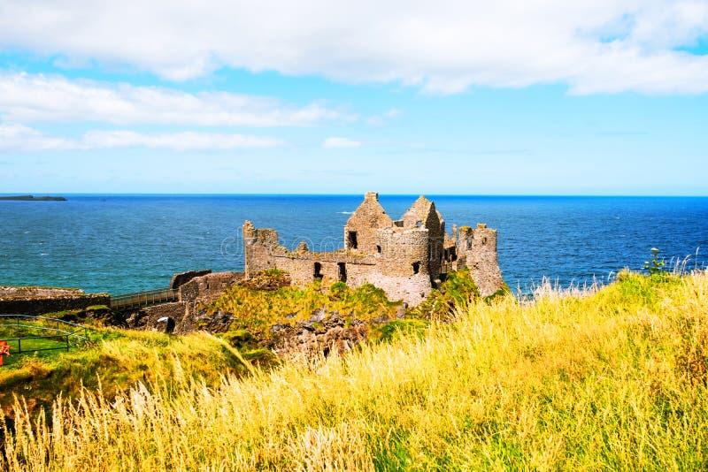 Castillo de Dunluce cerca de Portrush en Irlanda del Norte, Reino Unido durante el día nublado fotos de archivo