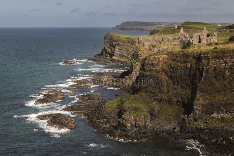 Castillo de Dunluce a distancia foto de archivo libre de regalías