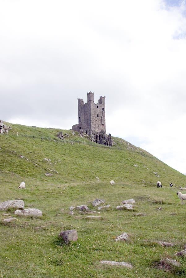 Castillo de Dunstanburgh (torre) de Lilburn 2 fotos de archivo libres de regalías