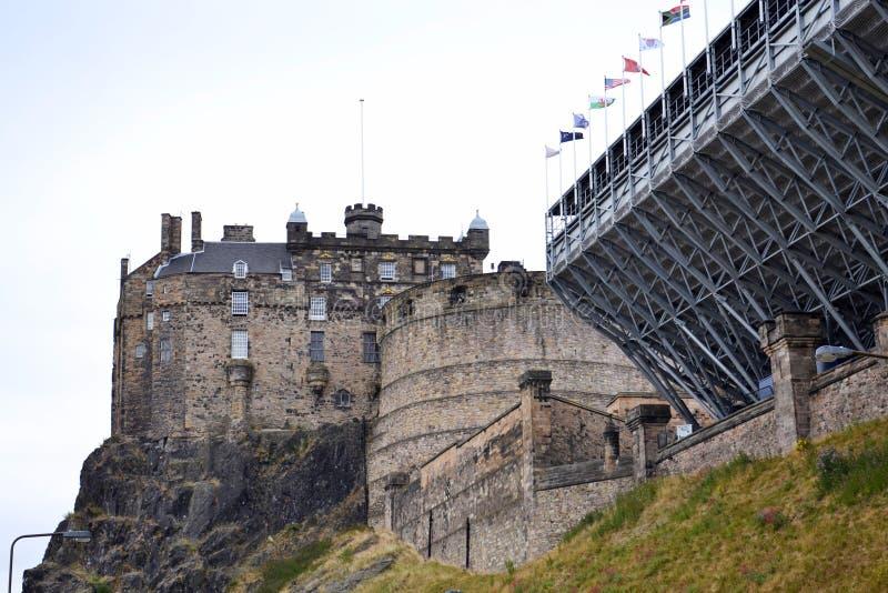 Castillo de Edimburgo en Castle Rock vista del centro de la ciudad, Escocia, Reino Unido, día de verano imagen de archivo