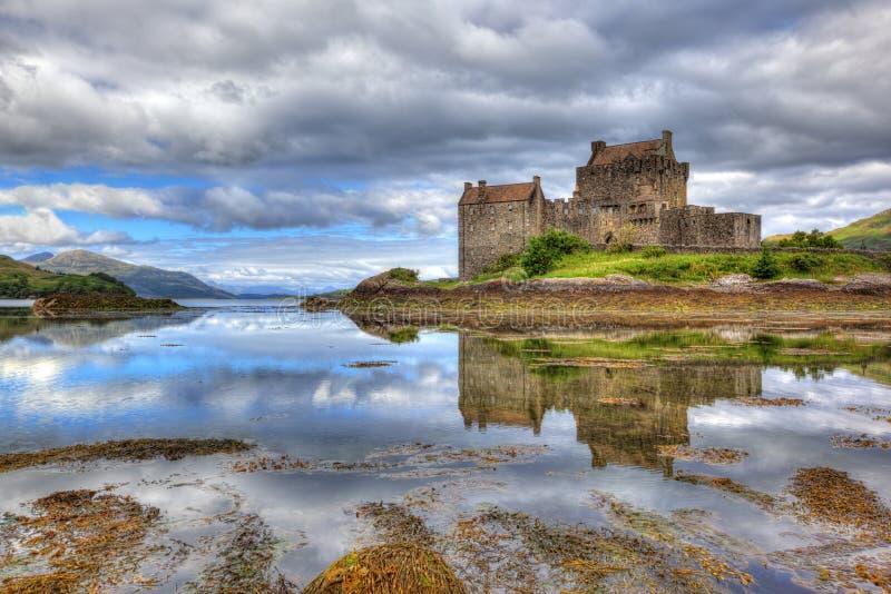 Castillo de Eilean Donan, montañas, Escocia, Reino Unido imagen de archivo