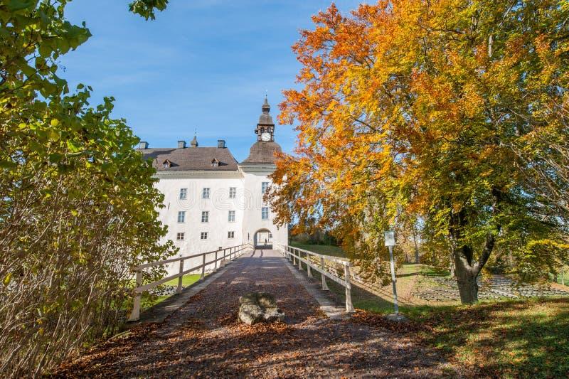 Castillo de Ekenäs durante caída en Ã-stergötland, Suecia imagen de archivo libre de regalías