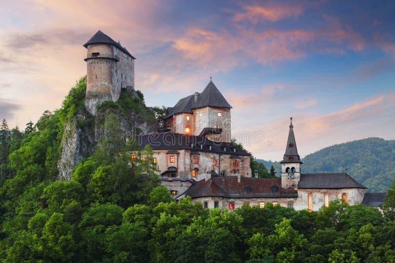 Castillo de Eslovaquia en la puesta del sol - hrad de Oravsky fotos de archivo libres de regalías