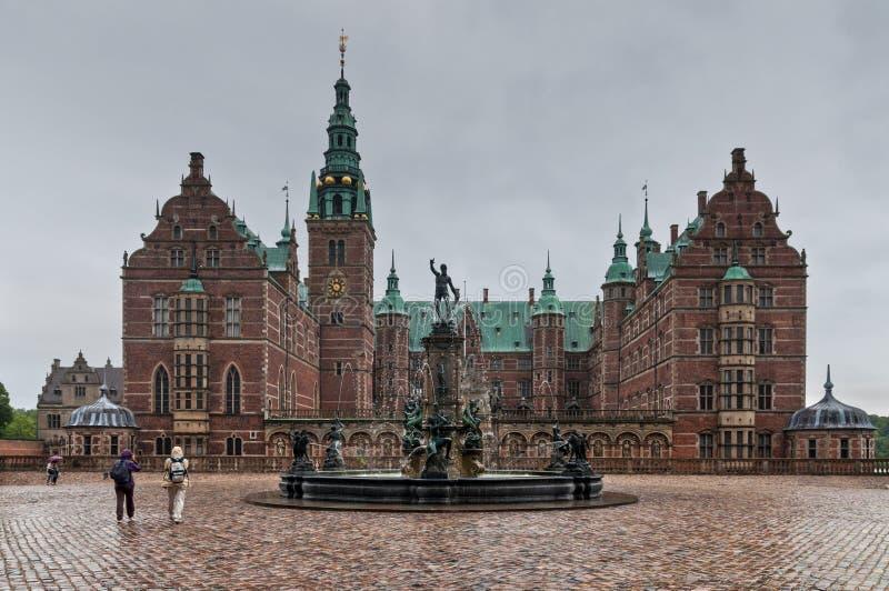 Castillo de Frederiksborg en Hilleroed - en el tiempo lluvioso, Dinamarca fotos de archivo libres de regalías