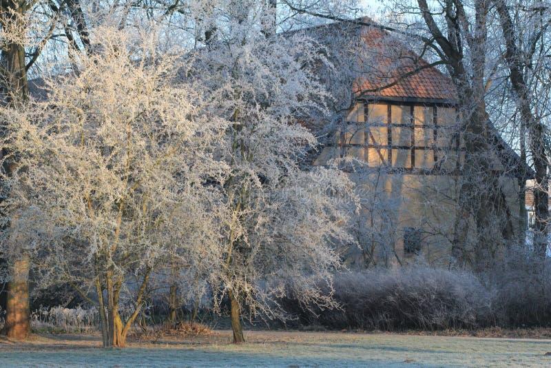 Castillo de hadas del invierno Wolfsburg, Alemania imagenes de archivo
