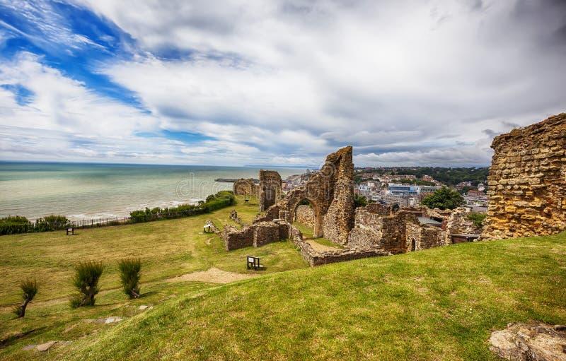Castillo de Hastings, centro de ciudad en el fondo imagen de archivo