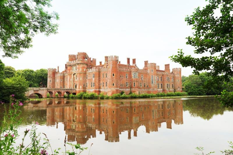 Castillo de Herstmonceux del ladrillo en el siglo XV del este de Inglaterra Sussex imagenes de archivo