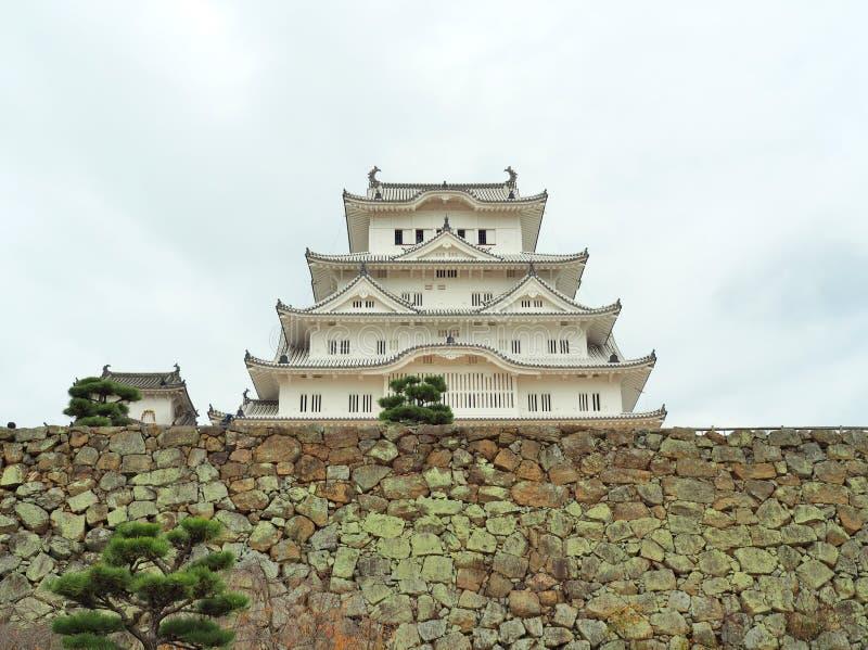 Castillo de Himeji en la pared de piedra situada en Himeji, prefectura de Hyogo, Japón imagen de archivo